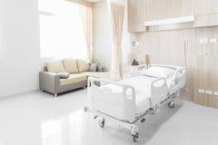 Δωμάτιο νοσοκομείων με τα κρεβάτια και άνετο ιατρικό που εξοπλίζονται σε ένα MO στοκ φωτογραφίες