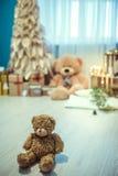 Δωμάτιο ντεκόρ Χριστουγέννων με τη teddy αρκούδα Στοκ Εικόνες