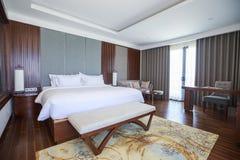 Δωμάτιο ξενοδοχείου με το διπλό κρεβάτι στοκ φωτογραφία
