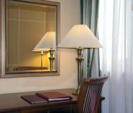 Δωμάτιο ξενοδοχείου με το λαμπτήρα γραφείων στοκ εικόνα