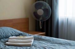 Δωμάτιο ξενοδοχείου Στο κρεβάτι είναι τρεις πετσέτες, σαπούνι, σαμπουάν, πήκτωμα ντους στοκ εικόνα με δικαίωμα ελεύθερης χρήσης