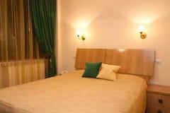 Δωμάτιο ξενοδοχείου τή νύχτα Στοκ φωτογραφίες με δικαίωμα ελεύθερης χρήσης