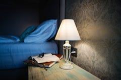 Δωμάτιο ξενοδοχείου το βράδυ Στοκ Φωτογραφία