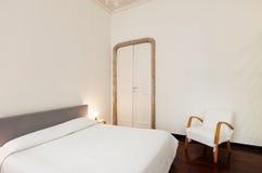 Δωμάτιο ξενοδοχείου, κρεβάτι Στοκ φωτογραφία με δικαίωμα ελεύθερης χρήσης