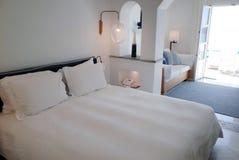 Δωμάτιο ξενοδοχείου με το μπαλκόνι Στοκ Φωτογραφίες