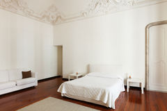 Δωμάτιο ξενοδοχείου στο παλαιό κτήριο Στοκ Εικόνα