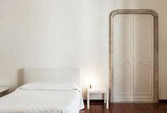 Δωμάτιο ξενοδοχείου στο παλαιό κτήριο Στοκ εικόνες με δικαίωμα ελεύθερης χρήσης