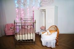 Δωμάτιο παιδιών ` s με μια άσπρη ντουλάπα, υφαμένο κρεβάτι μετάλλων Στοκ Εικόνα