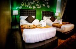 Δωμάτιο πολυτέλειας με τα δίδυμα κρεβάτια με τη ζωηρόχρωμη και ασιατική διακόσμηση τέχνης στοκ φωτογραφίες