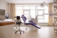 Δωμάτιο που φωτίζεται οδοντικό με τις ηλιαχτίδες Στοκ φωτογραφία με δικαίωμα ελεύθερης χρήσης