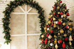 Δωμάτιο σχεδίου με το έλατο Χριστουγέννων και το παράθυρο Στοκ Φωτογραφία