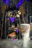 Δωμάτιο της μάγισσας με τα σύνεργα για witchcraft Στοκ φωτογραφία με δικαίωμα ελεύθερης χρήσης