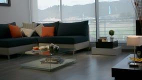 Δωμάτιο του διαμερίσματος Καναπές, λαμπτήρες, διακόσμηση απόθεμα βίντεο