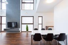 Δωμάτιο Dinning που συνδέεται με το καθιστικό στοκ φωτογραφία με δικαίωμα ελεύθερης χρήσης