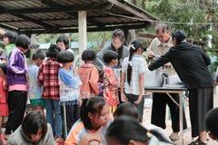 Δωρεά των τροφίμων στα παιδιά στοκ φωτογραφίες