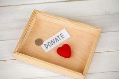 Δωρεές και φιλανθρωπία Έννοια δωρεάς Κιβώτιο των δωρεών και της καρδιάς στο άσπρο υπόβαθρο στοκ φωτογραφίες με δικαίωμα ελεύθερης χρήσης