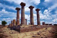 Δωρικές στήλες του ναού αρχαίου Έλληνα Αθηνάς στοκ εικόνα