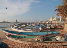 Δωδεκάδες των αλιευτικών σκαφών που δένονται στην άμμο στοκ φωτογραφίες με δικαίωμα ελεύθερης χρήσης