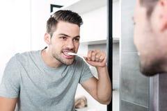 Δόντια βουρτσίσματος ατόμων Στοκ Φωτογραφία