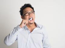 Δόντια βουρτσίσματος επιχειρηματιών στοκ φωτογραφίες