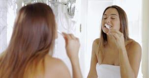 Δόντια βουρτσίσματος κοριτσιών το πρωί φιλμ μικρού μήκους