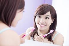 Δόντια βουρτσών γυναικών χαμόγελου Στοκ φωτογραφία με δικαίωμα ελεύθερης χρήσης