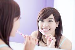 Δόντια βουρτσών γυναικών χαμόγελου Στοκ Φωτογραφίες