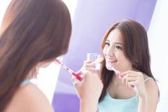 Δόντια βουρτσών γυναικών χαμόγελου Στοκ εικόνα με δικαίωμα ελεύθερης χρήσης