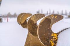 Δόντια ενός κάδου εκσκαφέων ενάντια σε ένα χιονώδες τοπίο στη χαραυγή Γιούτα στοκ φωτογραφία με δικαίωμα ελεύθερης χρήσης