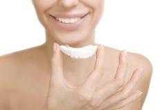 Δόντια που λευκαίνουν - χαμογελώντας κορίτσι με το δίσκο δοντιών, που απομονώνεται στο μόριο Στοκ φωτογραφίες με δικαίωμα ελεύθερης χρήσης