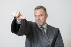 Δόσιμο επιχειρηματιών αντίχειρες στη δευτερεύουσα χειρονομία Στοκ φωτογραφίες με δικαίωμα ελεύθερης χρήσης