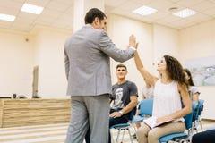 Δόσιμο επιχειρηματιών υψηλός-πέντε στην όμορφη επιχειρηματία στο υπόβαθρο γραφείων Έννοια συνεργασίας στοκ εικόνες με δικαίωμα ελεύθερης χρήσης