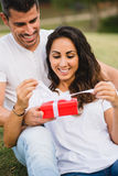 Δόσιμο ζεύγους παρόν στον εορτασμό γενεθλίων ή επετείου στοκ φωτογραφία με δικαίωμα ελεύθερης χρήσης