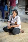 Δόσιμο μιας προσφοράς σε Angkor Wat Στοκ Φωτογραφία