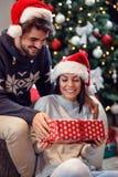 Δόσιμο του παρόντος στα Χριστούγεννα Στοκ φωτογραφία με δικαίωμα ελεύθερης χρήσης