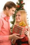 Δόσιμο του χριστουγεννιάτικου δώρου Στοκ Εικόνες