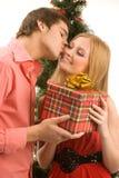 Δόσιμο του χριστουγεννιάτικου δώρου στοκ φωτογραφία με δικαίωμα ελεύθερης χρήσης