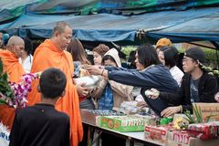 Δόσιμο των τροφίμων στο μοναχό Στοκ Φωτογραφίες
