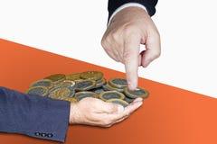 Δόσιμο χεριών και ένα που συλλέγει τα νομίσματα Στοκ Φωτογραφία