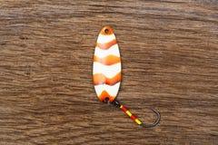 Δόλωμα για την πέστροφα που αλιεύει στον παλαιό ξύλινο πίνακα Στοκ φωτογραφία με δικαίωμα ελεύθερης χρήσης