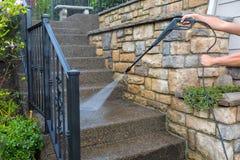 Δύναμη πίεσης που πλένει τα μπροστινά βήματα σκαλοπατιών εισόδων Στοκ Εικόνες