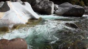 Δύναμη του νερού του ποταμού Verzasca βουνών στην κοιλάδα των ελβετικών ορών απόθεμα βίντεο