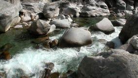 Δύναμη του νερού του ποταμού Verzasca βουνών στην κοιλάδα των ελβετικών ορών φιλμ μικρού μήκους