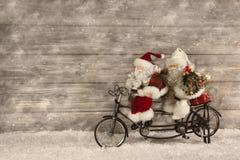 Δύο Άγιος Βασίλης στη βιασύνη για την αγορά των χριστουγεννιάτικων δώρων που διακοσμούνται Στοκ Εικόνες