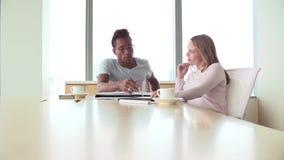 Δύο άνετα ντυμένη εργασία Businesspeople στην αρχή απόθεμα βίντεο