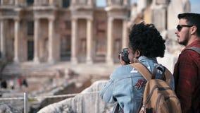 Δύο άνθρωποι επισκέπτονται την αρχαία πόλη Ephesus σε Selcuk Ιζμίρ
