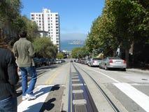 Δύο άνθρωποι κοιτάζουν κάτω από την οδό στο Σαν Φρανσίσκο στοκ φωτογραφία με δικαίωμα ελεύθερης χρήσης