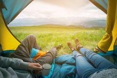 Δύο άνθρωποι που βρίσκονται στη σκηνή με μια άποψη των βουνών Altay, Ρωσία Στοκ εικόνα με δικαίωμα ελεύθερης χρήσης