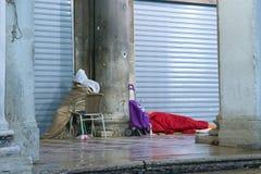 Δύο άνθρωποι που κοιμούνται στην οδό που καλύπτεται με το κρύο Στοκ φωτογραφία με δικαίωμα ελεύθερης χρήσης