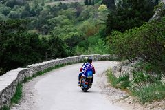 Δύο άνθρωποι που οδηγούν έναν δρόμο βουνών σε ένα εκλεκτής ποιότητας μηχανικό δίκυκλο Εννοιολογικά για τους ταξιδιώτες και τους ε στοκ εικόνες